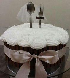 Bolo Kit Kat Prestígio com rosas brancas de chantininho e talheres decorando. Bolo para pedido de casamento.