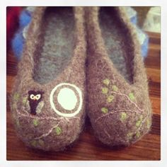 Natural brown wool slippers with owl branch art