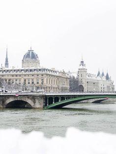 Paris sous la neige en photos et en vidéo - Clem Around The Corner Fondation Louis Vuitton, Tour Eiffel, Versailles, Monuments, Video Blog, Fontainebleau, Taj Mahal, Cool Pictures, Around The Worlds