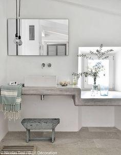Une salle de bains brute et tendance