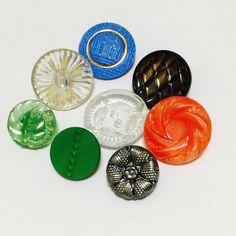 ヴィンテージのガラスボタンチェコ製、全部で8個あります。すべて丸いボタンですが、とても良い状態です。素材 ガラスサイズ 直径 約1.3cm手芸材料として、コレ...|ハンドメイド、手作り、手仕事品の通販・販売・購入ならCreema。