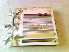 Álbum do Bebê na medida de 25x25cm, com 10 folhas totalmente decoradas, em encadernação de argolas decoradas com fitas. Tema e cores a gosto do cliente.