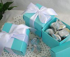 Adorable, auténtica mirada turquesa azul cajas con tapas y cinta...  Perfecto para fiestas temáticas  Cinta blanca con las cajas de 2 piezas azul  Caja y cinta personalizada colorean disponibles a petición  Cajas multiusos... perfecto para galletas, dulces, etc. de favores.  2 x 2 x 2 tamaño adorable con caja y tapa separada  Perfecto para cumpleaños, bodas o cualquier celebración de la fiesta  Cajas tamaño de encargo a petición  Hermosas cajas hacen una presentación elegante para favores en…