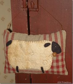 Wool appliqué of a sheep Primitive Pillows, Primitive Sheep, Primitive Patterns, Primitive Crafts, Primitive Country, Motifs Applique Laine, Wool Applique Patterns, Felt Applique, Embroidery Applique