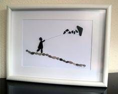 Imagen de niño de guijarro - arte de piedra - con dragón, 30 x 40 enmarcado