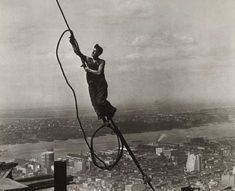 Construction worker on the Empire State Building. New York City, Photograph by Lewis Hine. Empire State Building, Old Pictures, Old Photos, Vintage Photos, Antique Photos, Rare Photos, World Trade Center, Lewis Wickes Hine, Vintage Prints