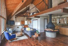 House in Three Rivers, United States. This recently renovated mountain home is just inside the gate of Sequoia National Park. Amazing views of the western Sierra Nevadas. All amenities you will need to feel right at home.  This home has amazing views looking up into Sequoia National P...