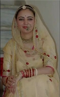 Best Rajasthani Poshak To Wear – Digital Manohar Rajasthani Bride, Rajasthani Dress, Saree Designs Party Wear, Lehenga Designs, Royal Dresses, Indian Dresses, Full Sleeves Blouse Designs, Everyday Casual Outfits, Rajputi Dress