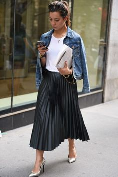 33 References Of Look Good Casual Chic Spring Outfits Ideas Black Pleated Skirt Outfit, Midi Skirt Outfit, Winter Skirt Outfit, Skirt Pleated, Midi Skirts, Black Skirts, Pencil Skirts, Summer Outfit, Winter Fashion Outfits
