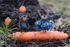 Scarlett O'hare and Rhett Butthare walking on sunshine (zamiast tulipana, marchew swieżo wykopana) Felt Bunny, Wet Felting, Felt Animals, Hare, Business Casual, Fiber Art, The Creator, Creatures, Culture