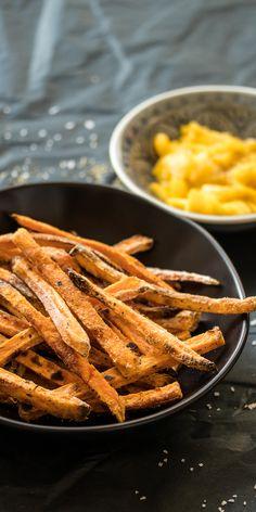 Süßkartoffelpommes funktionieren auch im Backofen, mit wenig Fett - dank dieses Tricks! we-love-pasta.de @we_love_pasta