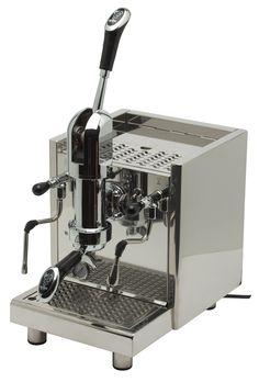 De Italiaanse Bezzera Strega is een zogeheten 'handhevelmachine'. In plaats van een elektrische pomp die het water door de koffie perst, wordt de druk opgebouwd door de hefboom en een veer. Door de hefboom naar beneden te halen brengt u de veer onder spanning en zal de zetgroep zich vullen met water. Zodra deze vol is laat je de veer langzaam omhoog komen om de espresso te zetten.