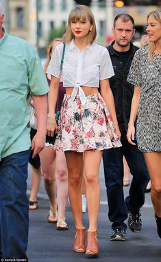 Taylor Swift is joined on stage by models Gigi Hadid and Martha Hunt Source by clothes outfits Taylor Swift Outfits, Taylor Swift Moda, Estilo Taylor Swift, Taylor Swift Style, Taylor Alison Swift, Taylor Swift Fashion, Taylor Swift Clothes, Taylor Swift Casual, Taylor Taylor