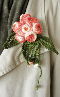 broche de flores de ganchillo - Not an actual pattern but there are pictures for each step so you can get the idea. Crochet Brooch, Freeform Crochet, Irish Crochet, Crochet Stitches, Knit Crochet, Crochet Necklace, Crochet Patterns, Crochet Leaves, Knitted Flowers