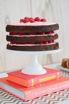 Capas de chocolate + frambuesas + betún de fresa.