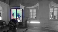 Fuori è freddo. Porta di entrata a vetro. Accanto un tavolino. Candela piatto bottiglia di vino. Porta di entrata. Stanley Kubrick. ColoriStanley Kubrick. L'occhio penetra ed entra a sbirciare. S...