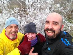 La imagen puede contener: 3 personas, personas sonriendo, barba, sombrero, selfie, exterior y primer plano