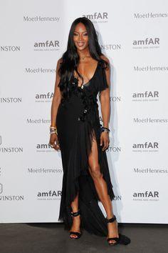 Naomi Campbell en robe Atelier Versace automne-hiver 2015-2016 robe noire asymétrique http://www.vogue.fr/mode/inspirations/diaporama/le-dner-de-lamfar-paris/21422/carrousel#naomi-campbell-en-robe-atelier-versace-automne-hiver-2015-2016