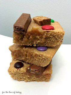 Peanut Butter Candy Bar Blondies, perfect for Hallowe'en!