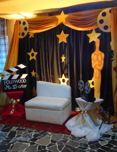 movie party 20 Fun and Creative Photo Booth Ideas for your Memorable Party Hollywood Sweet 16, Deco Cinema, Cinema Party, Oscar Party, Soirée Des Oscars, Kino Party, Hollywood Birthday Parties, Old Hollywood Party, Movie Night Party