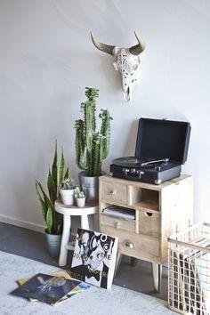 By Boo Platenspeler Beats By Boo. Trendy, vintage gadget van By Boo.nl, de grootste collectie By Boo artikelen! Beats By, Skull Art, Ox, Office Desk, Corner Desk, Interior Design, Interior Styling, House, Furniture
