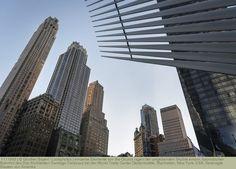 einzelne Elemente von the Oculus ragen der umgebenden Skyline empor, futuristischer Bahnhof des Star Architekten Santiago Calatrava bei der World Trade Center Gedenkstätte, Manhattan, New York, USA, Vereinigte Staaten von Amerika