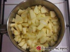 Εξαιρετική συνταγή για Μηλόπιτα με ψιχουλιαστή ζύμη (Apple Crumble). Μια βρετανική συνταγή για μια ξεχωριστή μηλόπιτα, εύκολη, γρήγορη και νοστιμότατη! Λίγα μυστικά ακόμα Το βούτυρο ΠΡΕΠΕΙ να είναι κρύο!! Ο λόγος που πρέπει να είναι κρύο είναι για να μην γίνει ένα με το αλεύρι. Μπορείτε να κάνετε παραλλαγές με τα φρούτα και να προσθέσετε αχλάδι, ή φρούτα του δάσους ή ακόμα να προσθέσετε και σταφίδες ή αμύγδαλα .. Η Apple Crumble ταιριάζει ΑΠΙΣΤΕΥΤΑ με παγωτό βανίλια ή με άνθος αραβοσίτου… Pineapple, Fruit, Food, Pinecone, Meals