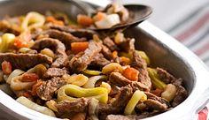Iscas de carne cozidas com alho-poró