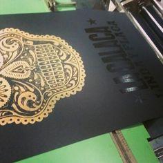 La calaca de oro Diseño: Comando g Impresión: Familia Plómez #letterpress #comandog #familiaplomez #type #linocut