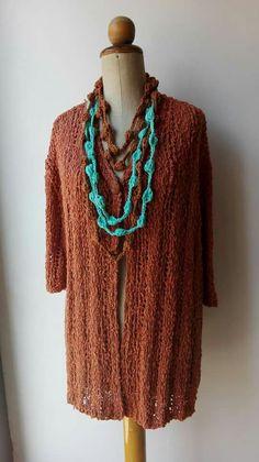Cardigan in cotone boucle' a righe traforate con collane crochet
