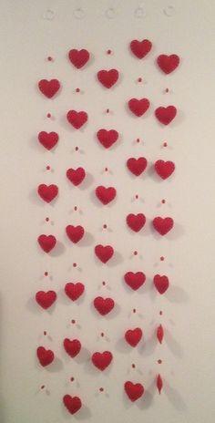 Cortina de corações de feltro (móbile) Decore seu chá de panela ou seu casamento com lindos corações de feltro em móbile. Tamanho de cada coração: 8cmx9cm O preço se refere a cortina com 33 corações. Eles podem ser dispostos em diferentes quantidades por móbile. A altura e largura também...