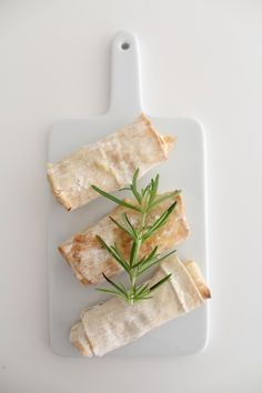 Ingredienser Fil- eller vårrulledeg Fetaost Färsk rosmarin Honung  Lägg ut degen på en skärbräda. Fyll med smulad fetaost och färsk rosmarin, ringla lite honung över och rulla ihop. Baka i ugnen ca 200 grader i ca 7-8 minuter. Servera direkt. Frys in resten av degen och använd en annan gång.