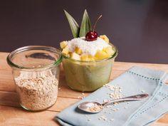 Mit Matcha-Oats zum Frühstück fällt euch der Montag leichter! Dieses tropische Frühstück schmeckt nicht nur lecker, es macht auch wach und lange satt!