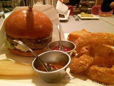 今夜は親戚と東京アメリカンクラブのステーキハウスでバーガーディナーグリラーで焼かれた認定アンガスビーフサーロイン100%パティが圧巻のおいしさトッピングされたチーズチョップしたベーコンオニオンソテーもいい感じバンズはもう少しドライじゃない方が好みかな#meallog #food #foodporn #burger #burger_jp #ハンバーガー #