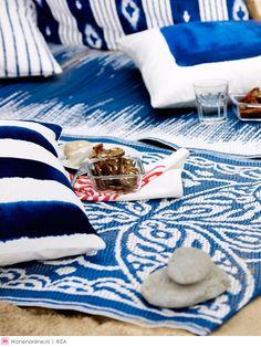 Een gezellige middag in het park of een zwoele avond op het strand: IKEA heeft nu alweer zin in de zomer. Daarom komt het woonwarenhuis met nieuwe producten voor een relaxte dag buiten, zoals een picknickkleed, strandtas, strandstoelen en kussens. Geef kleur aan de zomer met de nieuwe vrolijke lichtrode en lichtblauwe designs