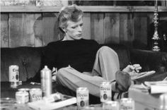 The Making of David Bowie's Lost Soul Album. Great photo of David jotting down recording notes by Terry O'Neill. Beer cans scattered, ashtrays at the Sigma recording studio in Philadelphia,PA. David Bowie Young, David Bowie Starman, Art Beat, David Bowie Smoking, Terry O Neill, The Thin White Duke, Major Tom, Young Americans, Musica