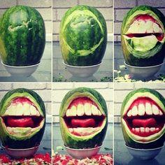 Watermeloen is niet alleen fris, lekker en gezond. Nee, kunstenaars kunnen er ook prima hun creativiteit op los en het omtoveren tot ware kunststukken.