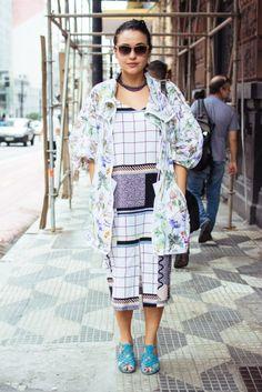 Mari Di Pilla usa vestido & Other Stories, casaco Stella McCartney para Adidas, sandália Septis e óculos Dior