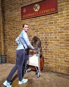 Moja przygoda z Harrym Potterem trwa już od nastoletnich lat, tak naprawdę dorastałam wraz z książkami. Niestety, urodziłam się w mugolskiej rodzinie 😉 ale miałam okazję zwiedzić studio Warner Bros w Londynie i odwiedziłam magiczny świat Harrego Pottera Hogwarts, Harry Potter, Instagram