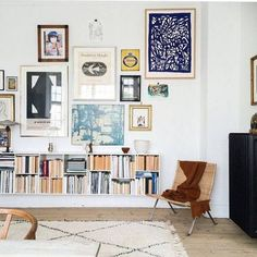 Fantastic Gallery wall and bookshelf in modern bohemian style living room (Couleur Pour Salon) The post Gallery wall and bookshelf in modern bohemian style living room (Couleur Pour Sa… appeared first on Cazoz Diy Home Decor . Living Room Designs, Living Room Decor, Living Spaces, Picture Wall Living Room, Living Rooms, Picture Walls, Sweet Home, Deco Design, Scandinavian Home