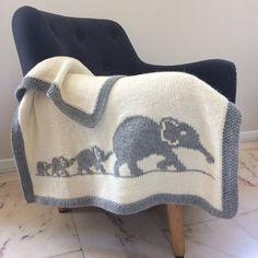 Cette petite couverture unique et originale sera le cadeau idéal pour bébé ! Entièrement tricotée à la main avec une laine douce et chaude, la couverture pourra suivre bébé partout, dans son bercea…