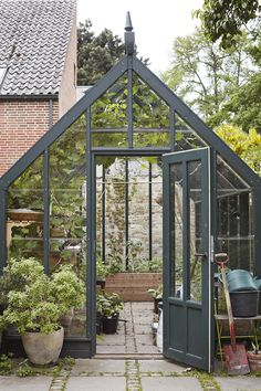 27 Unique Small Storage Shed Ideas for your Garden - The Trending House Backyard Greenhouse, Small Greenhouse, Greenhouse Plans, Greenhouse Wedding, Portable Greenhouse, Backyard Sheds, Free Standing Pergola, Shed Storage, Types Of Houses