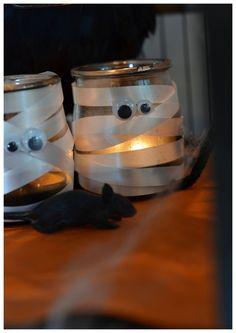 Un petit bricolage d'halloween ultra facile pour les touts petits, à base de matériaux recyclés: un pot de yaourt en verre, de la peinture noire, du bolduc blanc et des yeux mobiles. Les enfants peignent simplement le pot en verre à la peinture noire,...