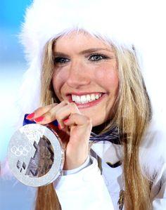STŘÍBRNÁ BIATLONISTKA. Gabriela Soukalová s trofejí za závod s hromadným startem.
