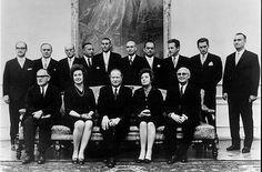 Kreisky 1970 mit den Ministern seines ersten Kabinetts. Neben ihm Gertrude Wondrack (links) und Hertha Firnberg (rechts).