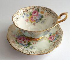 Schöne alte China Teetasse, von Royal Albert in England gemacht. Hübsches Duo in einem Avon Form und Florals mit einem blauen außen. Es ist in gutem Zustand, keine…
