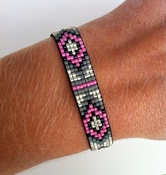 off loom beading stitches Loom Bracelet Patterns, Bead Loom Bracelets, Beaded Jewelry Patterns, Bead Loom Patterns, Beading Patterns, Beading Ideas, Loom Bands, Parachute Cord Crafts, Beaded Lanyards