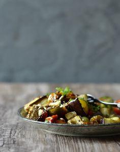 Aubergine er en flot grøntsag, men rå smager den ærlig talt lidt af tør skosål. Men hvad den...