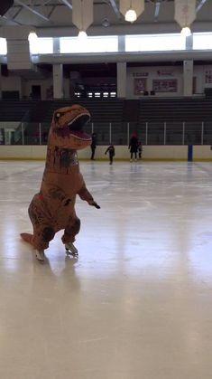 El vídeo #viral de la semana: El tiranosaurio rex patinando sobre #hielo  Como…