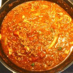 Storkok med bolognese på 700g nötfärs, 2st gula lökar, 1st röd chili, 8 pressade vitlöksklyftor, 10st färska champinjoner, 1/2 kruka färsk basilika, 1tsk torkad mejram, 3tsk torkad oregano, 3msk tomatpuré, 3msk kalvfond, 3 kartonger med krossade tomater, salt från kvarn & nymalen svart-& vitpeppar satt på långkok för framtida bruk!⚕️